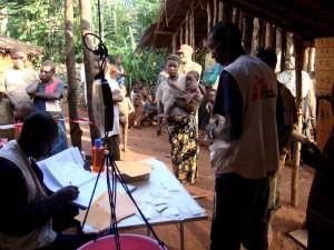 Consulta de Médicos sin Fronteras en una aldea aka