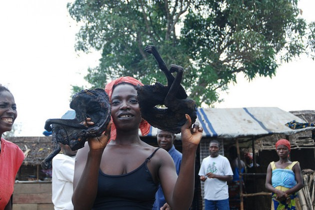 Una mujer posa con carne de mono ahumada en un poblado de Sierra Leona