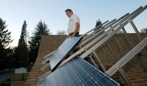 Instalación de paneles solares en una vivienda de Reino Unido