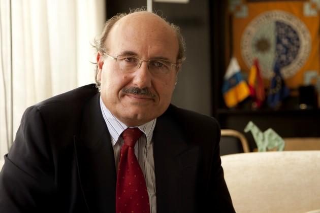 El director del Instituto Astrofísico de Canarias, Rafael Rebolo, en su nuevo despacho.