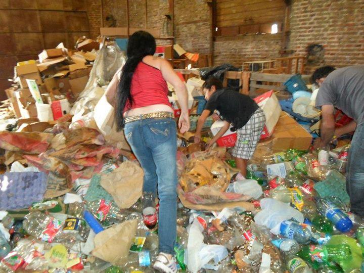 El taller del padre de Gabriel, lleno de botellas y tapitas donadas por la gente.