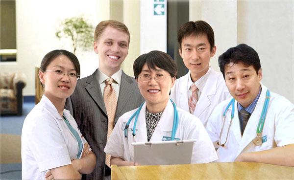 Fotomontaje del equipo médico de la clínica Wu. Like Wu, su director, está a la derecha.