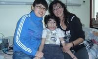 Gabriel, junto a su madre y la enfermera de la clínica Wu