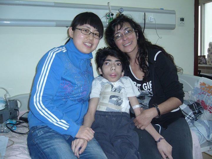 Gabriel, junto a su madre y la enfermera de la clínica Wu.