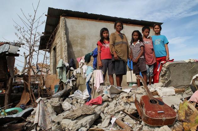 Una familia filipina afectada por el tifón Haiyan, cuyos devastadores efectos fueron posiblemente agravados por el cambio climático