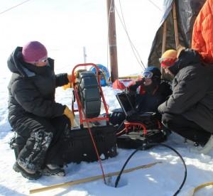 La glacióloga Lora Koenig toma datos de la bolsa de agua hallada en Groenlandia