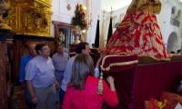 El presidente del Gobierno, Mariano Rajoy, besa el manto de la Virgen del Rocío