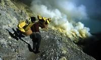 Mula humana en el volcán indonesio Kawah Ijen