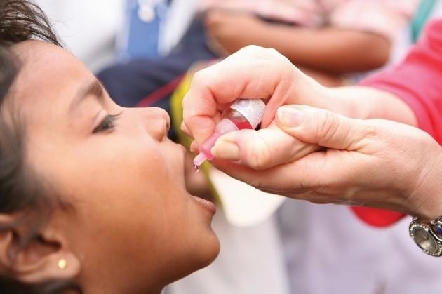 Una niña recibe una vacuna contra la polio.