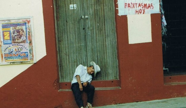 Un hombre duerme en la calle en la Ciudad de Cuetzalan (México)