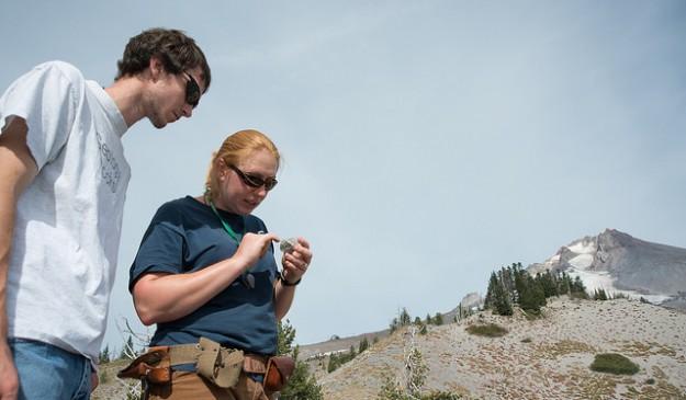 Dos geólogos de la Universidad Estatal de Oregón, en el Monte Hood