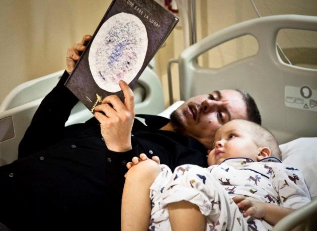 José Carnero junto a su hijo Guzmán cuando el niño estaba siendo tratado de una leucemia que ya ha superado