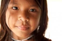 Una niña munduruku, afectada por la construcción de una represa en Tapajós.