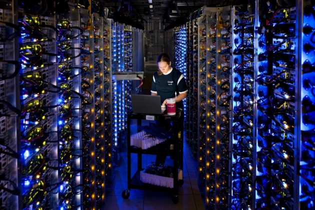 Una trabajadora en el cerebro de Google, su Data Center de Oregón.