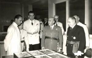 Morales, con bata blanca, y el dictador Francisco Franco en la inauguración de las instalaciones del Instituto Nacional de Investigaciones Agronómicas, en 1954