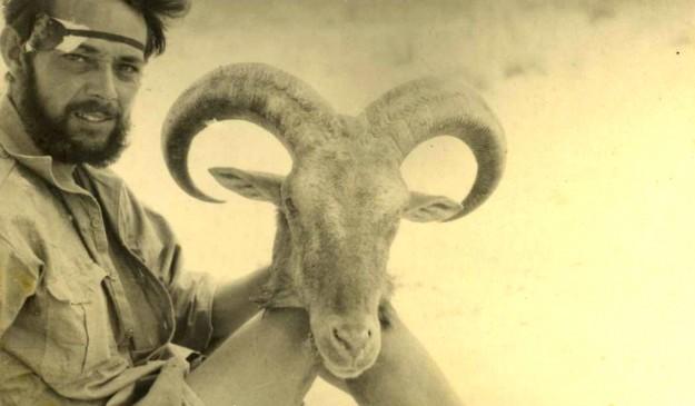 Eugenio Morales, en un campamento del Sahara Occidental en 1943, con una cabeza de arruí en la mano