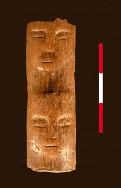 Rostros humanos tallados en una costilla hallada en Tell Qarassa (Siria)