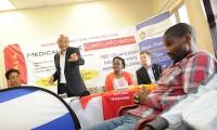 El gobernador de Zululandia, Senzo Mchunu, en una promoción de la circuncisión