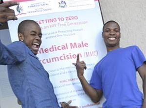 Dos estudiantes recién circuncidados en la Universidad de Zululandia