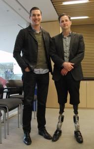 Hugh Herr (a la derecha) posa junto a Elliot Rouse, miembro de su equipo.