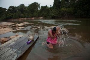 Una india caripuna se baña en el río Jaci.