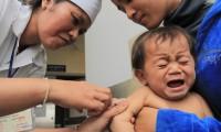 Un niño llora al recibir una vacuna en Mongolia.