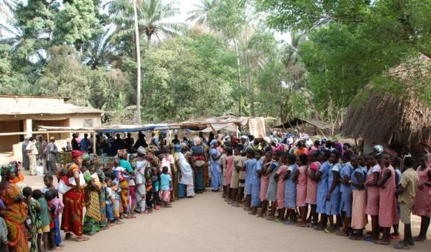 Colas en Tougnifili (Guinea) para recibir la vacuna contra el cólera