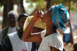 Una mujer bebe una dosis de la vacuna en Tougnifili (Guinea) en 2012