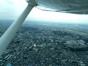 Un avión toma muestras de aire sobre la ciudad de Tokio