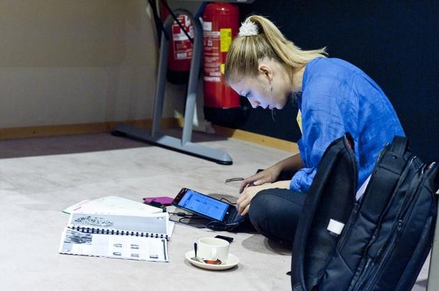 Una joven consulta su portátil.