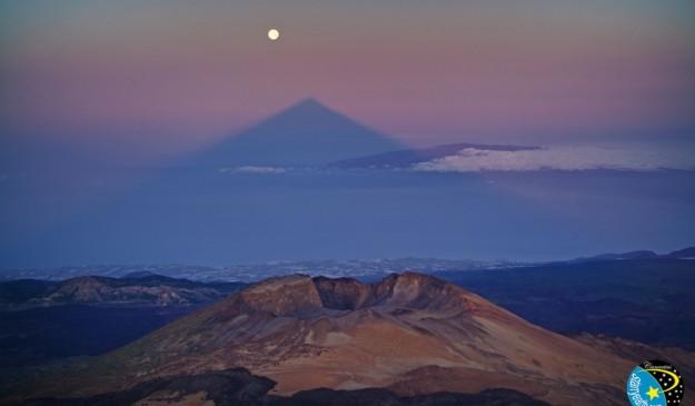 Imagen de la sombra del Teide cerca de alinearse con la Luna llena.