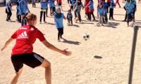 Niñas sirias juegan al fútbol en un campo rodeado de trozos de tiendas de campaña para evitar las miradas de los hombres, en Zaatari