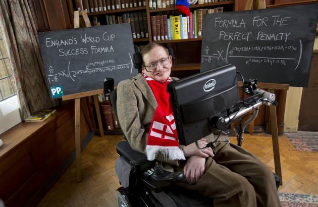 El célebre astrofísico Stephen Hawking ante su fórmula para que Inglaterra gane el Mundial.