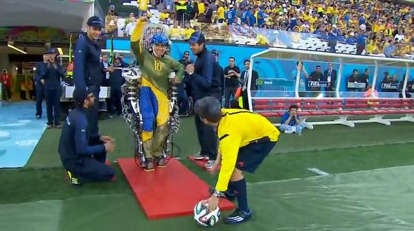 Captura del momento en que Juliano Pinto saluda tras el supuesto saque.