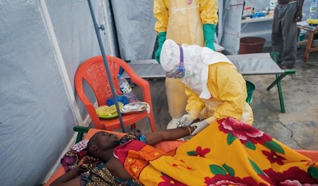 Un sanitario atiende a un enfermo en la región guineana de Gueckedou.