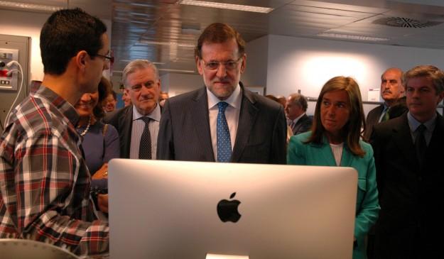 Rajoy observa las investigaciones del microbiólogo Rui Benedito