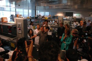 El presidente del Gobierno charla antes los fotógrafos con el investigador Ignacio Flores
