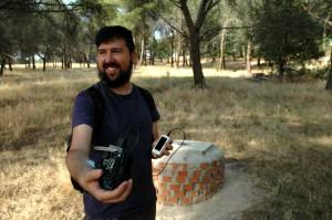 El ingeniero Sergio Galán, con su contador Geiger de hardware libre