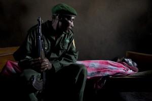 Un 'ranger' observa el cadáver de un compañero en el Parque Nacional de Virunga