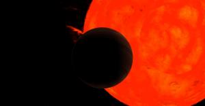 Representación artística de la estrella gigante roja y del planeta.