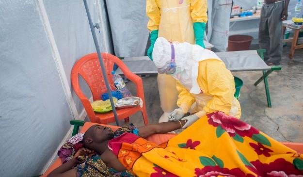 Un enfermo de ébola recibe asistencia de MSF en Guinea