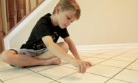 El hijo del investigador Jack Gilbert toma muestras en su casa