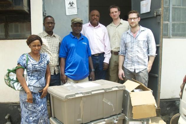 Parte del equipo de profesionales que recogieron las muestras de 99 virus del ébola para obtener su genoma.